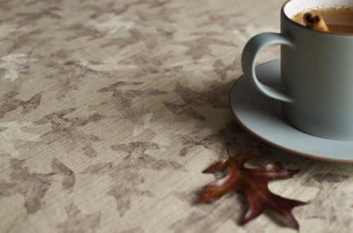 autumn leaf patterned tablecloth (via shelterness)