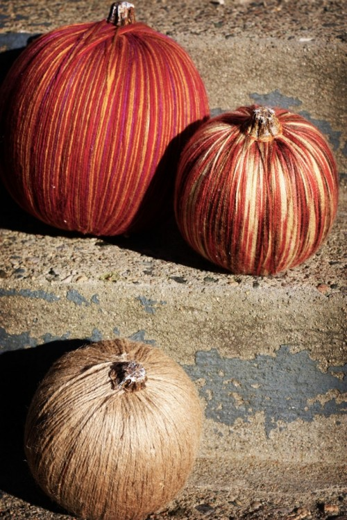 yarn pumpkins (via shelterness)