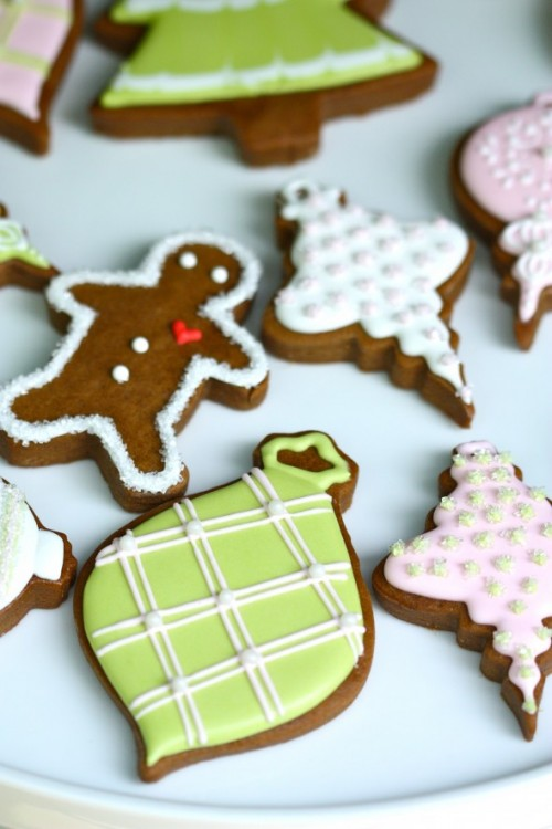 gingerbread with icing (via sweetopia)