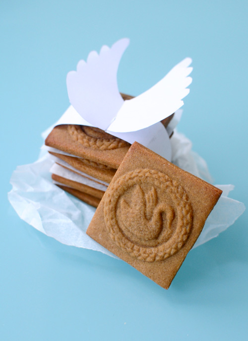 handmade gingerbread cookies with swans (via gomakeme)