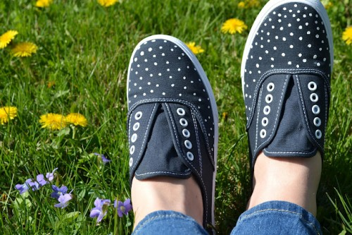 DIY Polka Dot Sneakers (via goldenandlovely)