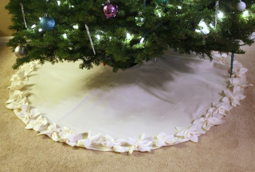 poinsettia tree skirt (via craftinessisnotoptional)