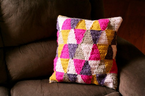 geometric crochet pillow (via caughtonawhim)