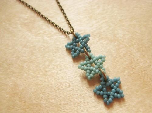 beaded stars necklace (via howdidyoumakethis)