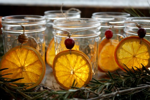 dried orange and cranberry candleholders (via 5orangepotatoes)