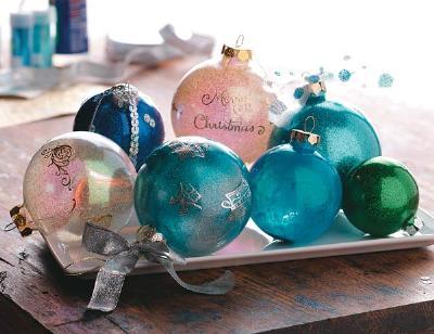 Painted Christmas balls (via freshhomeideas)