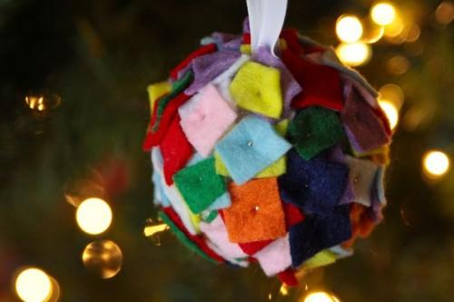 Felt Christmas balls (via megduerksen)