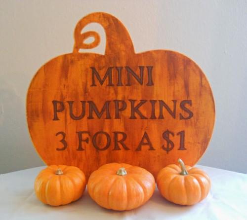 pumpkin sign (via runningwithagluegun)