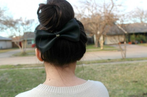 hair leather bow (via kathy-pham)
