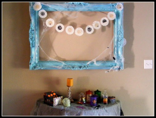 DIY Halloween Garland In A Frame (via gleefulpeacock)