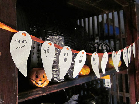 DIY Easy Ghost Halloween Garland (via craftfoxes)