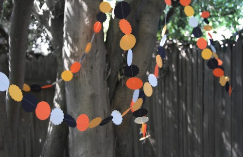 Very Simple DIY Halloween Garland (via pleasenotepaper)