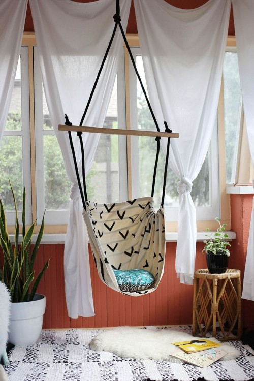 diy hammock chair (via abeautifulmess)