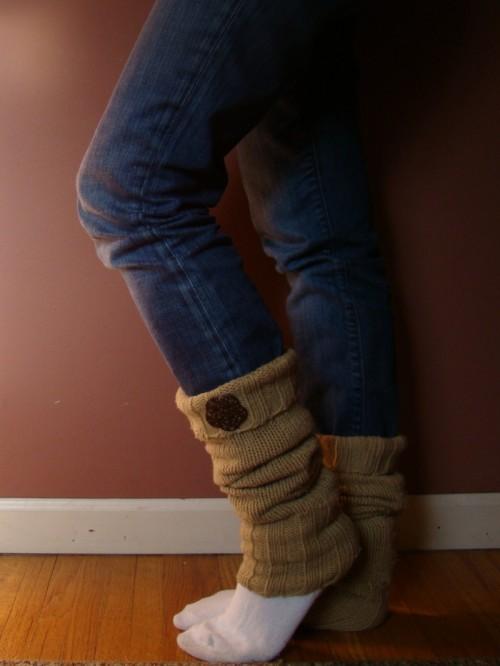 leg warmers with buttons (via firefliesandjellybeans)