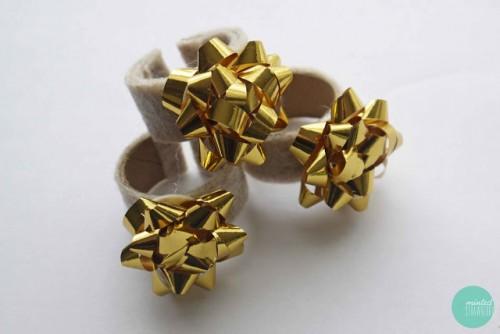 glod gift bow napkin rings (via mintedstrawberry)