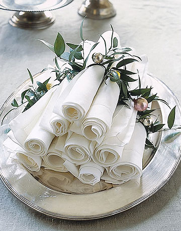 Christmas ball and green leaves napkin rings (via acreativeproject)