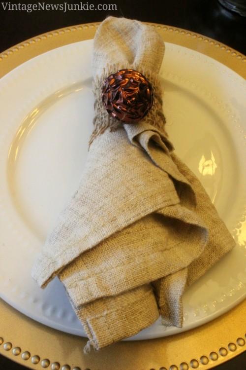 burlap and gilded pinecone napkin rings (via vintagenewsjunkie)