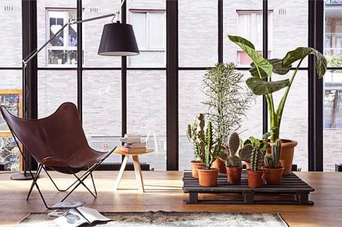 pallet plant stand (via shelterness)