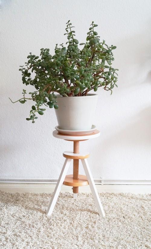 plant stand of a piano stool (via nur-noch)