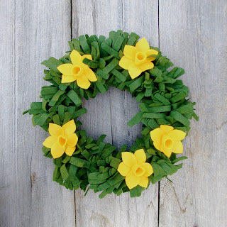 DIY daffodil wreath (via wishingelephant)