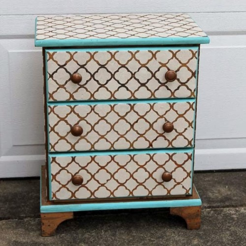 stenciled nightstand (via doodlecraft)
