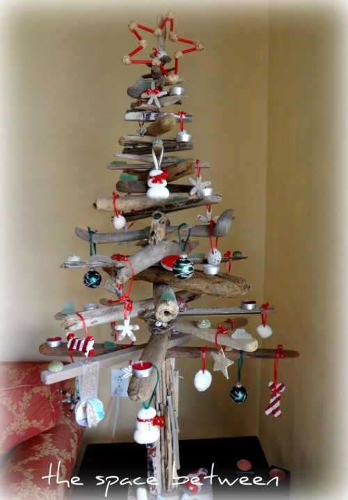 driftwood Christmas tree with decorations (via thespacebetweenblog)