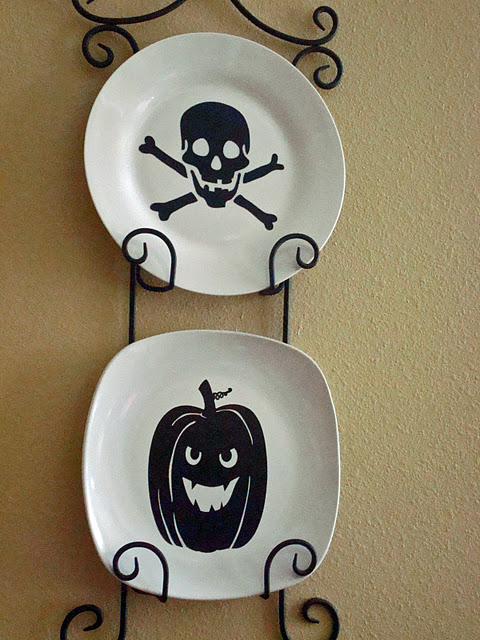 Halloween plate decor (via shelterness)