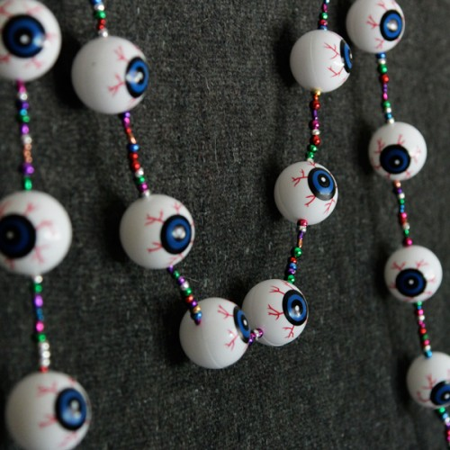 spooky eyeball garland (via handsoccupied)