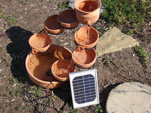 DIY Solar powered water fountain (via solarpanelspower)