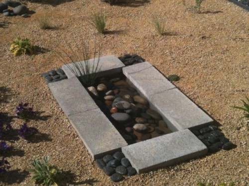 Small zen-link DIY outdoor pond. Looks really contemporary so it's perfect for little urban gardens.