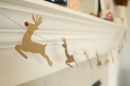reindeer with bell noses garland (via theproperpinwheel)