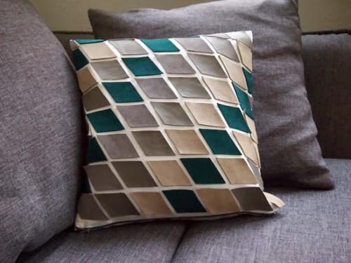 leather scraps pillow (via vorstellungvonschoen)