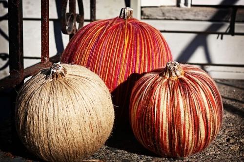 yarn pumpkins (via shelterness)