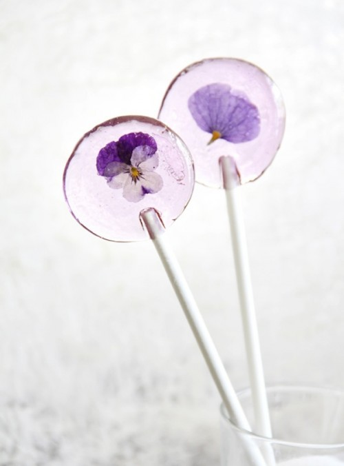 DIY flower lollipops (via ohthelovelythings)