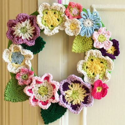 crochet flower wreath (via flythecoopcrafts)