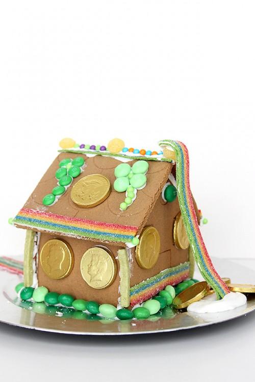 leprechaun gingerbread house (via agirlnamedpj)