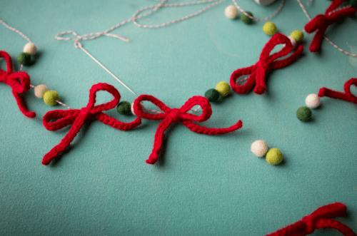 diy yarn bow garland (via rebekahgough)