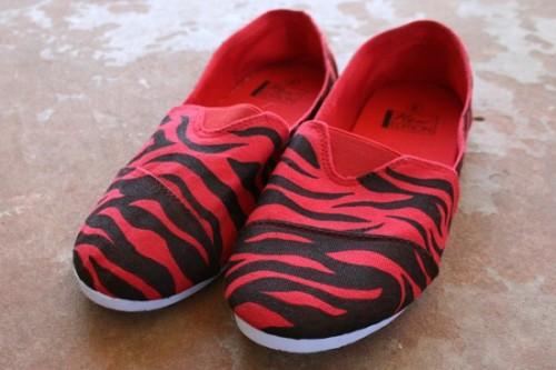 zebra striped kicks (via dreamalittlebigger)