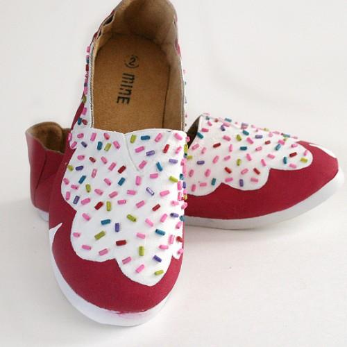 girly shoes makeover (via dreamalittlebigger)