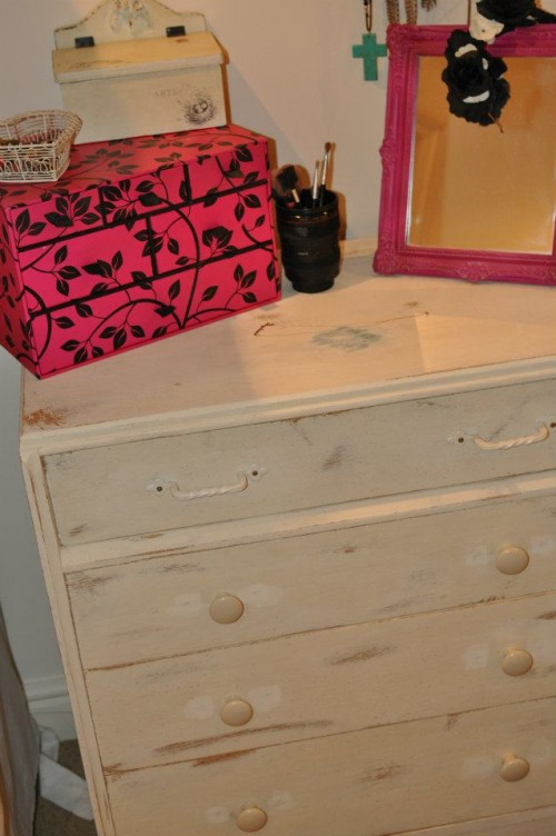 white shabby chic chest of drawers (via stephaniedreams)