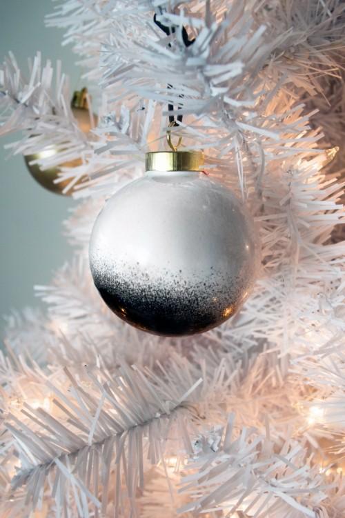black and white ornament (via stephaniewhite)
