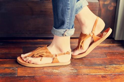 leather fringe sandals (via sincerelykinsey)