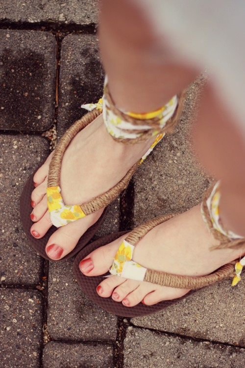 pretty summer sandals (via kellyhicksdesign)