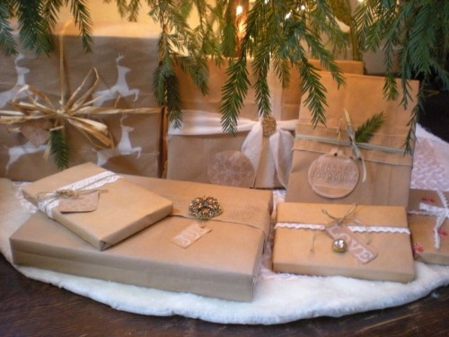 Brown Paper Christmas Gift Wrap Ideas (via relovedrubbish)