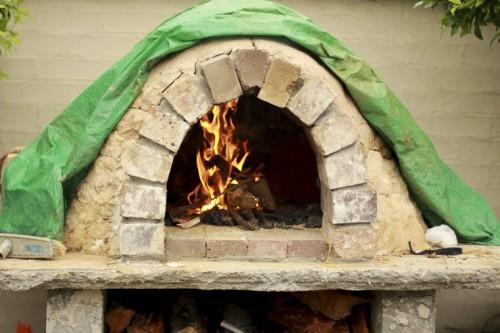 wood fired pizza oven (via thebeetleshack)