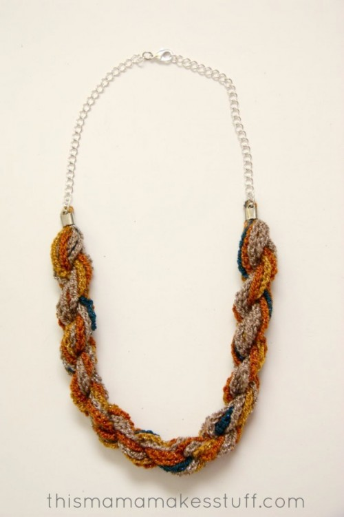 bohemian twist yarn necklace (via thismamamakesstuff)