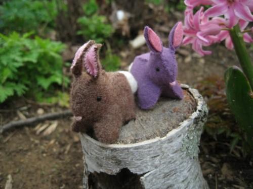 felt bunnies (via shelterness)