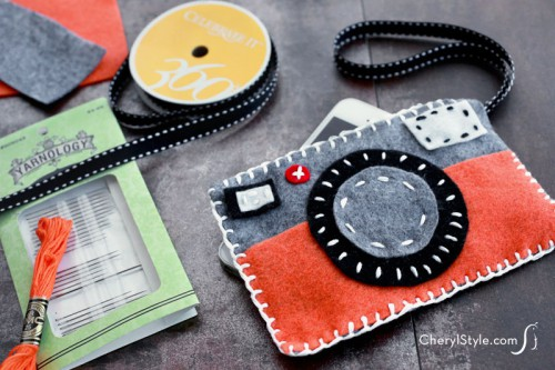 Chic DIY Felt Phone Case Resembling A Camera