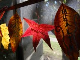 a garland of fabric and just dried leaves with wishes is a great all-natural decoration for Thanksgiving, both indoors and outdoors