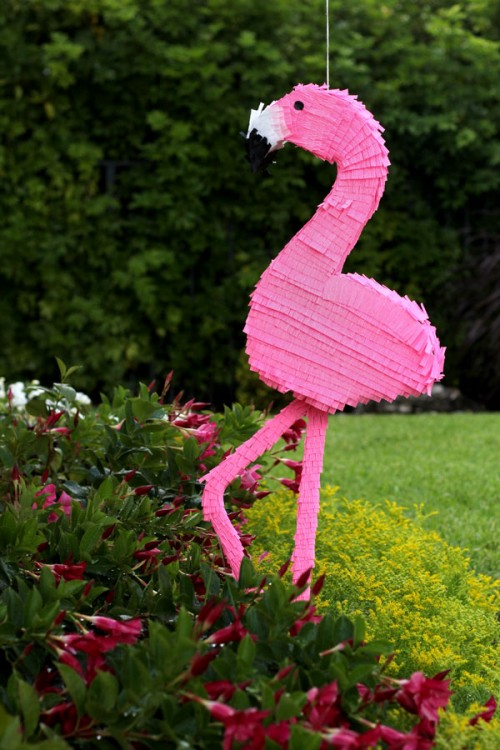 flamingo pinata (via studiodiy)